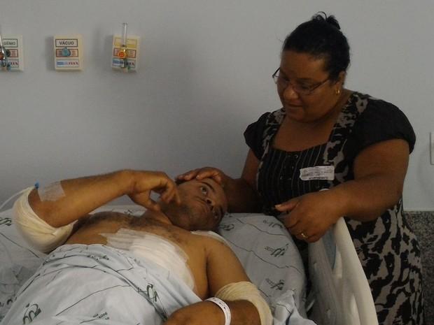 Leandro de Andrade Silva, 34 anos, com a mãe se recuperando de acidente Goiás  (Foto: Vanessa Martins/G1)