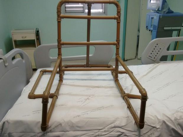 Cadeira feita de tubo de PVC dá apoio para paciente se sentar à beira do leito e fazer fisioterapia na UTI (Foto: Luís Antônio Nunes/Divulgação)