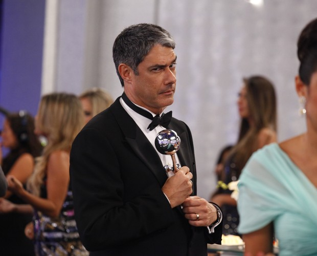 William Bonner 'rouba' o troféu do Melhores do Ano (Foto: Domingão do Faustão / TV Globo)