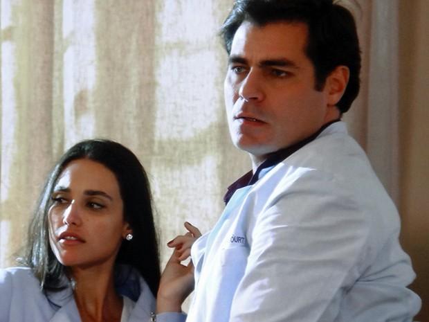 O médico e a secretária estranham o barulho (Foto: TV Globo)