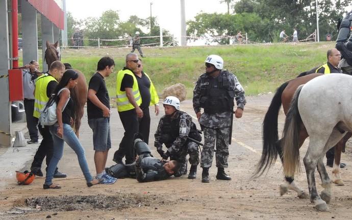 Policial cai em tumulto perto do Beira-Rio (Foto: Tomás Hammes/GloboEsporte.com)