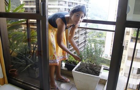 Bela Gil colhe os temperos pouco antes de cozinhar, na horta feita na varanda do apartamento Marcelo Carnaval