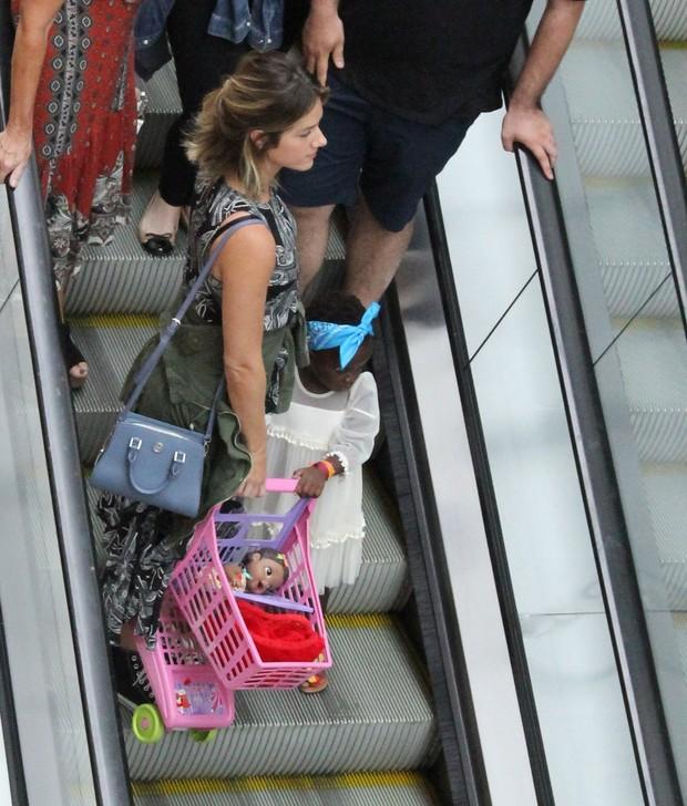Giovanna Ewbank com Titi e seu carrinho recheado de brinquedos (Foto: J Humberto/Agnews)