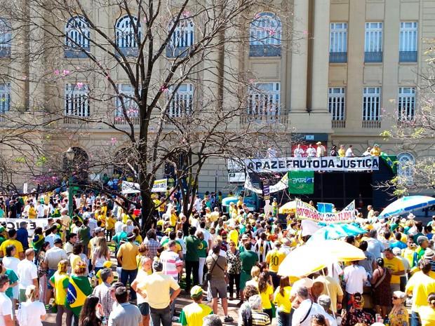 Manifestação na Praça da Liberdade em Belo Horizonte (Foto: Raquel Freitas/ G1)