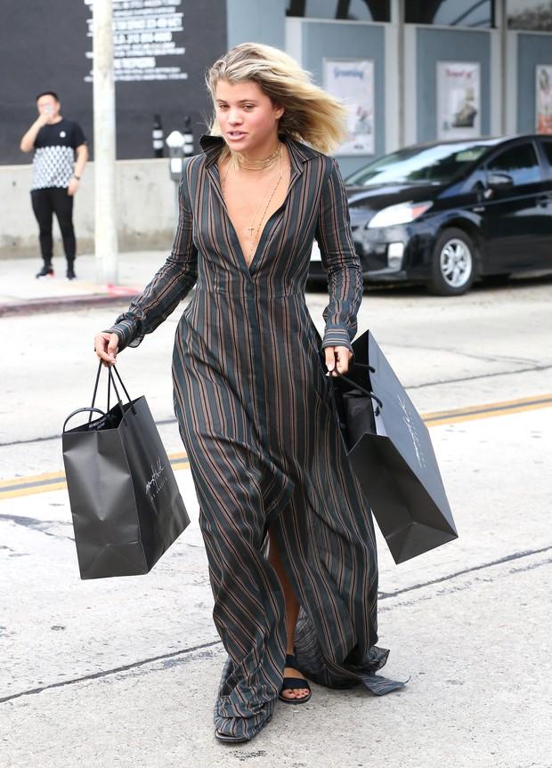 X17 - Sofia Richie faz compras em Los Angeles, nos Estados Unidos (Foto: X17online/ Agência e AFP)