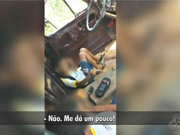 Crianças foram flagradas fumando dentro de sucata de um caminhão  (Foto: Reprodução/Rede Amazônica Acre)