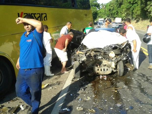 Batida entre ônibus e carro ocorreu na BR-101, em Iconha (Foto: VC no ESTV)