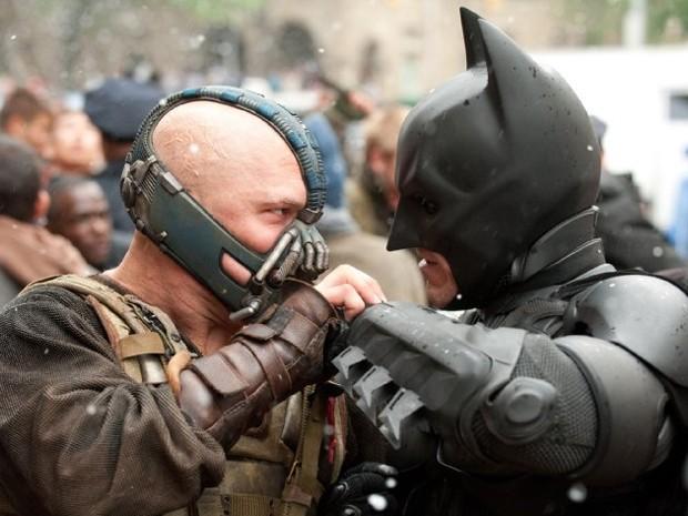 O vilão Bane (Tom Hardy) e Batman (Christian Bale) em cena de 'Batman: O cavaleiro das trevas ressurge' (Foto: Divulgação/Ron Phillips)