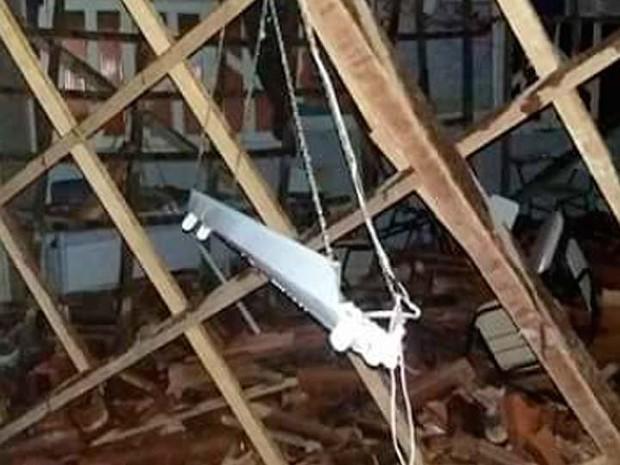 Telhas e madeiras do teto de escola que caiu no sul da Bahia (Foto: Danuse Cunha/Itamaraju Notícias)