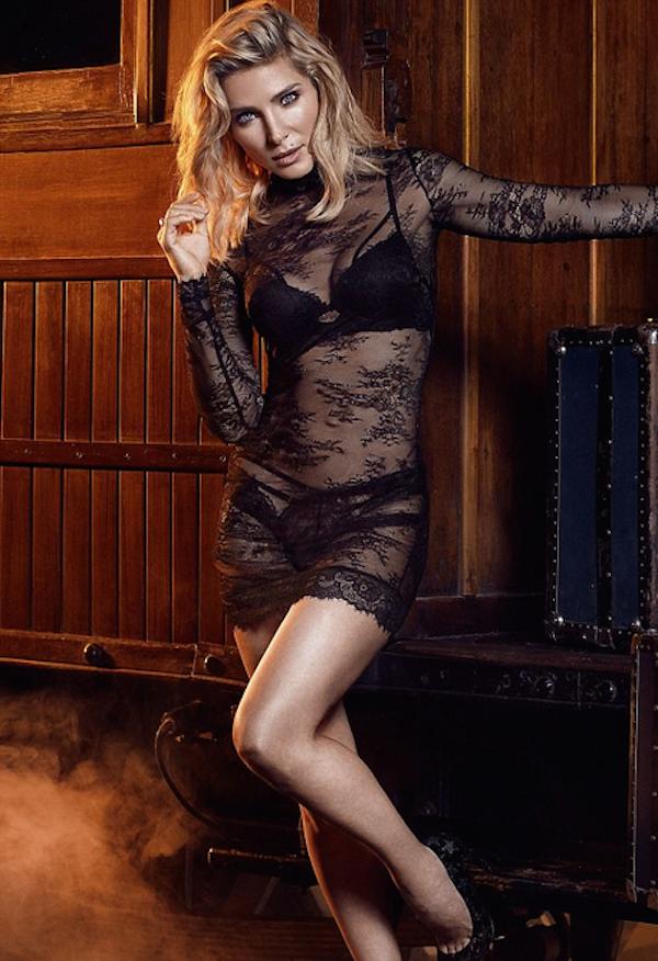 A atriz Elsa Pataki em um ensaio para um grife de lingerie (Foto: Divulgação)