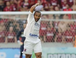 Lúcio Flávio gol Paraná Atlético-PR (Foto: Giuliano Gomes/ Agência PR PRESS)