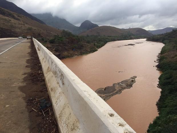 Água fica turva no Rio Doce em Colatina. Lama chega quinta-feira (Foto: Mayara Melo/ TV Gazeta)