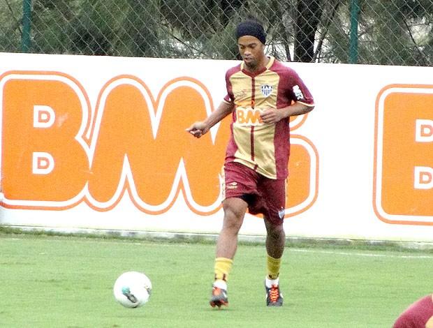 Ronaldinho no treino do Atlético-MG (Foto: Leonardo Simonini / Globoesporte.com)