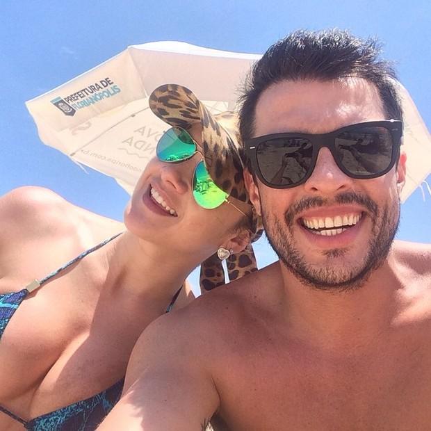 Mirella Santos e Ceará em praia em Florianópolis, Santa Catarina (Foto: Instagram/ Reprodução)
