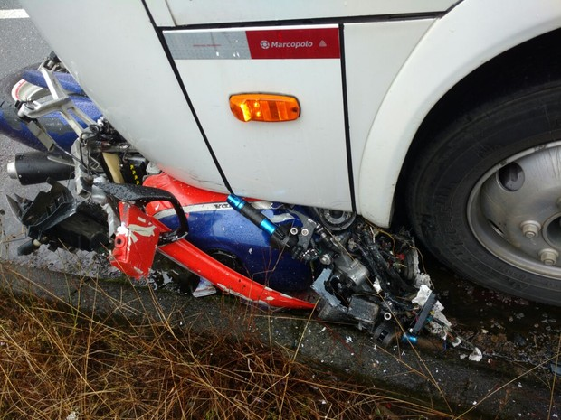 Moto ficou presa na roda do ônibus de autoescola em Jaraguá do Sul (Foto: Fábio Junkes/Rádio Corupá FM)