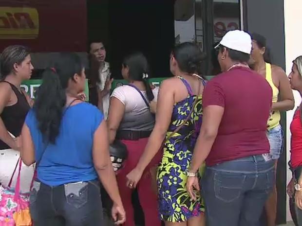 Familiares de presos fizeram manifestação por visitas em presídios (Foto: Reprodução/Rede Amazônica Acre)