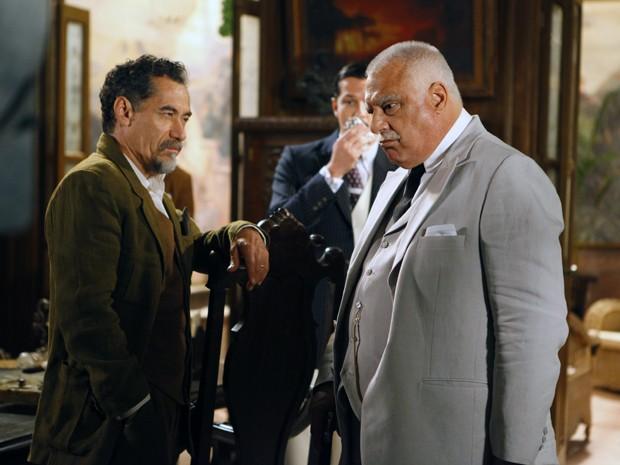 Ramiro está possesso com traição de Altino (Foto: Gabriela / TV Globo)