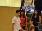 Fátima Bernardes vai com os três filhos a shopping no Rio