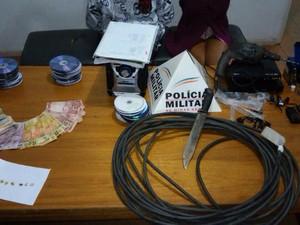 Policiais apreenderam drogas e materiais de procedência duvidosa, em Ibiá (Foto: Polícia Militar/Divulgação)