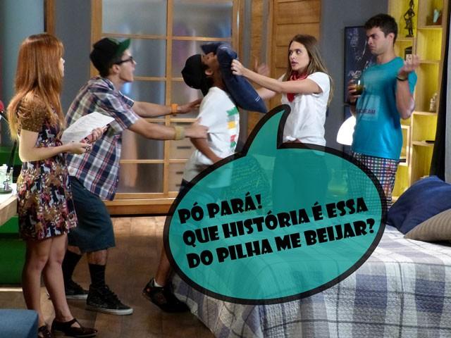 Fatinha fica bolada ao saber que terá que beijar Pilha (Foto: Malhação / TV Globo)