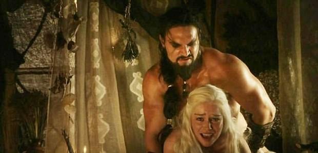 Jason Momoa e Emilia Clarke em cena de estupro em Game of Thrones (Foto: Reprodução/HBO)