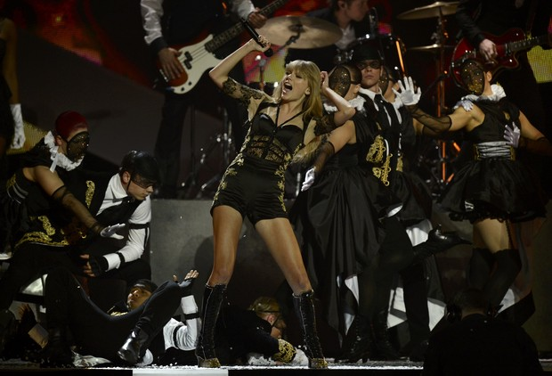 Taylor Swift se apresenta no Brit Awards (Foto: Reuters)