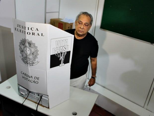 Amazonino Mendes durante a votação (Foto: Anderson Silva/G1 AM)