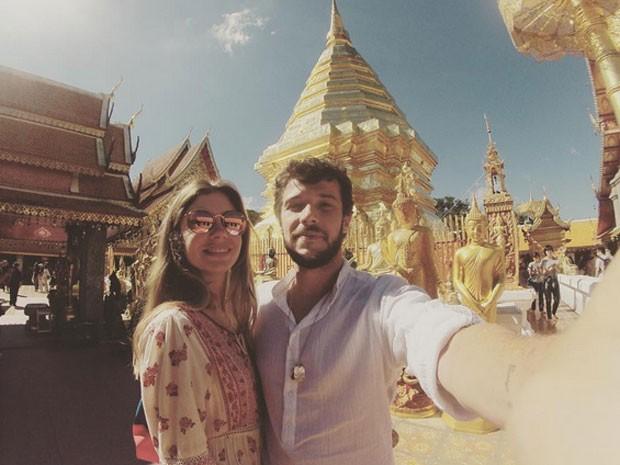 Jayme Matarazzo e a mulher, Luiza Tellechea, em templo na cidade de Lamphun, na Tailândia (Foto: Instagram/ Reprodução)