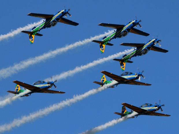 Esquadrilha da Fumaça apresentou acrobacias aéreas ao público em Porto Ferreira nesta quarta (Foto: Rodrigo Zanette/G1)