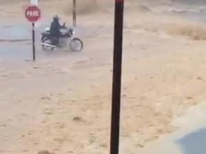 Motociclista decidiu passar por enxurrada e foi derrubado (Foto: Reprodução/ TV TEM)