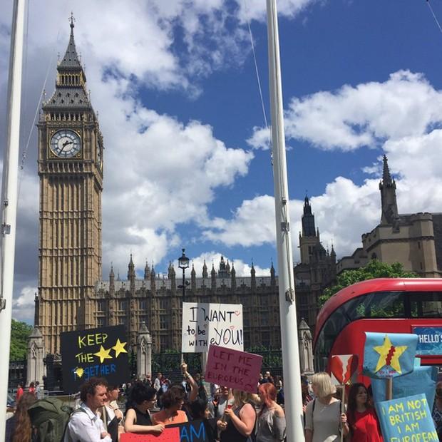 Foto compartilhada no Twitter mostra manifestantes diante do Parlamento (Foto: Reprodução/Twitter/Alex Rawlings)