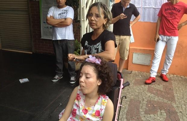 Odalice chegou acompanhada da filha Gabriela, que tem paralisia cerebral (Foto: Sílvio Túlio/G1)