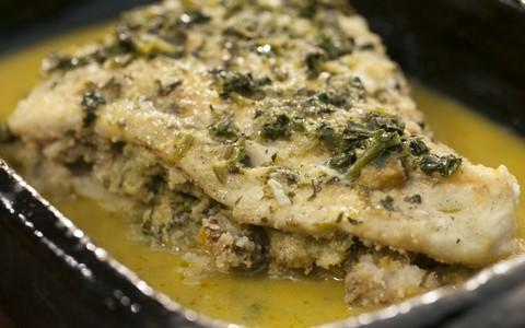 Filé de peixe recheado com farofa de banana-da-terra
