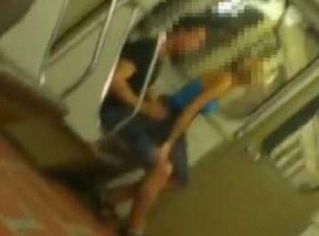 Dupla não se importou em ser filmada por outros passageiros (Foto: Reprodução)