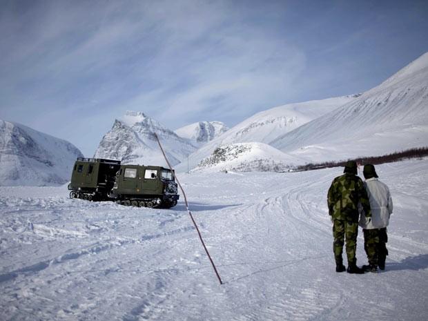 Militares suecos observam avião norueguês em região do Ártico. Derretimento do gelo deve abrir novas rotas comerciais e iniciar conflitos. (Foto: Stian Lysberg Solum/Scanpix Norway/Reuters)