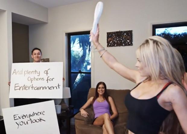 """Modelos jogando videogame anunciam """"diversas opções de entretenimento', de acordo com o cartaz (Foto: Reprodução/YouTube/Mark Manson)"""
