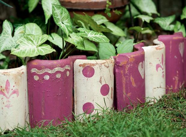 telhas quebradas; jardim (Foto: Iara Venanzi / Editora Globo)