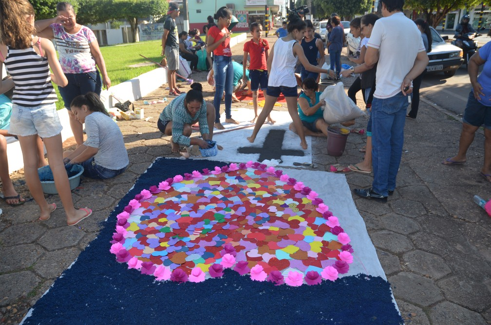 Fiéis decoram tapete para procissão em Cacoal (Foto: Rogério Aderbal/G1)