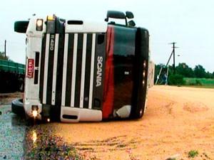 Pista molhada conteibuiu para perda de controle (Foto: Reprodução/RBS TV)