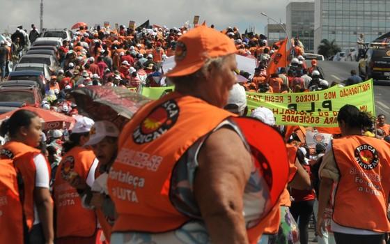 Centrais sindicais fazem manifestação na Esplanada dos Ministérios, em Brasília, para marcar o Dia Nacional de Lutas. O protesto reivindica liberdades democráticas e direitos dos trabalhadores (Foto: Elza Fiuza/ABr)