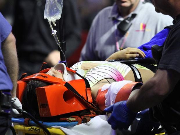 Uma das artistas é imobilizada e levada para o hospital (Foto: Bob Breidenbach/Providence Journal/AP)