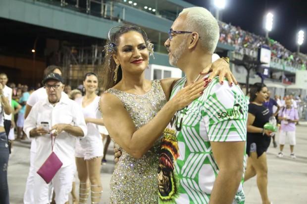 Cris Vianna com o carnavalesco Cahê Rodrigues (Foto: Daniel Pinheiro/AgNews)
