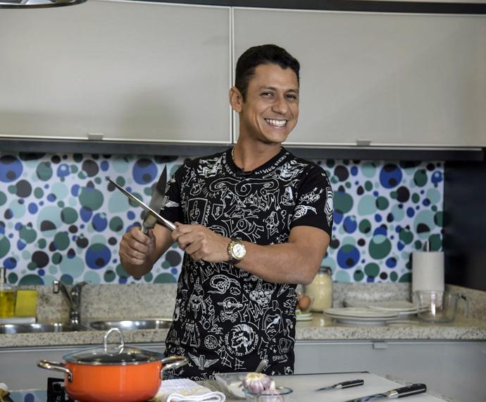MC Leozinho conta, nos bastidores do 'Super Chef', quando começou a gostar de cozinhar (Foto: Raphael Dias/Gshow)