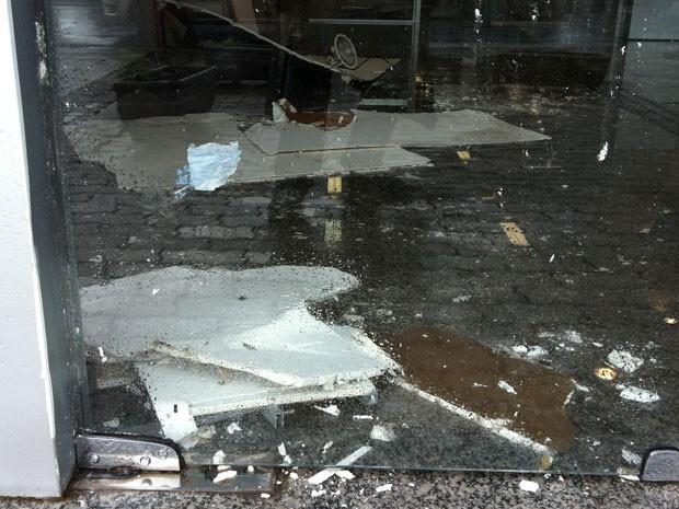Chuva Uberaba teto banco (Foto: Felipe Santos/G1)