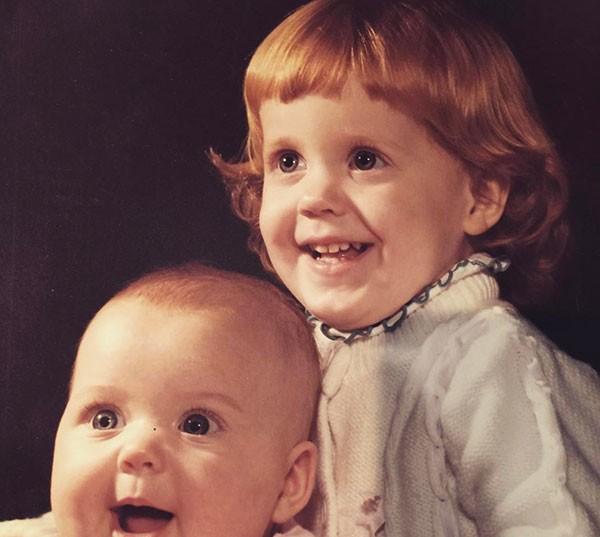 Katy Perry quando criança com a irmã (Foto: Reprodução/Instagram)