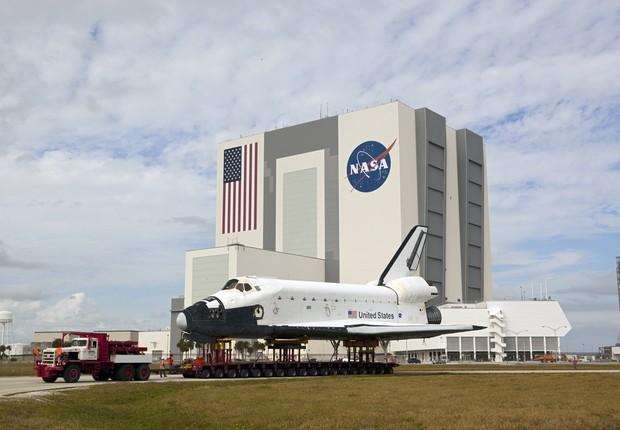 Prédio da NASA com ônibus espacial (Foto: NASA)