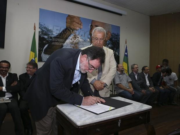 Patrus Ananias assina convênio com Jackson Barreto (Foto: ASN/Divulgação)