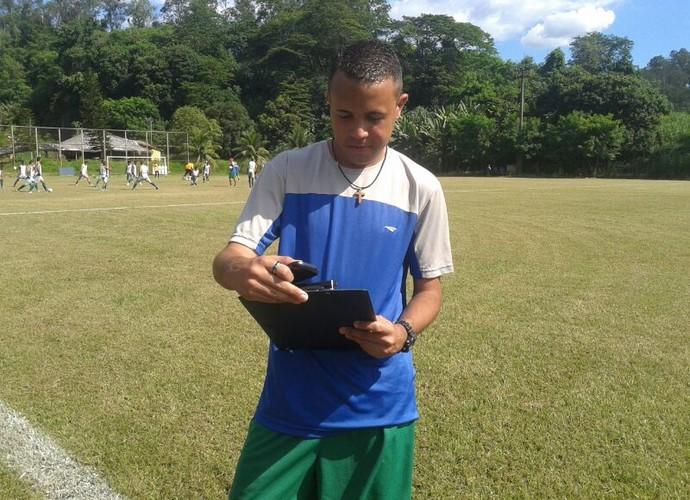 Com a prancheta na mão, o jovem treinador observa o treinamento do Ipatinga. (Foto: Patrícia Belo / globoesporte.com)