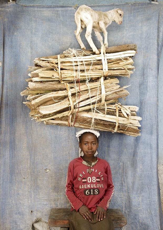 Mulheres carregam pesos da cabeça: a menina Aru, da Etiópia (Foto: Floriane de Lassée)