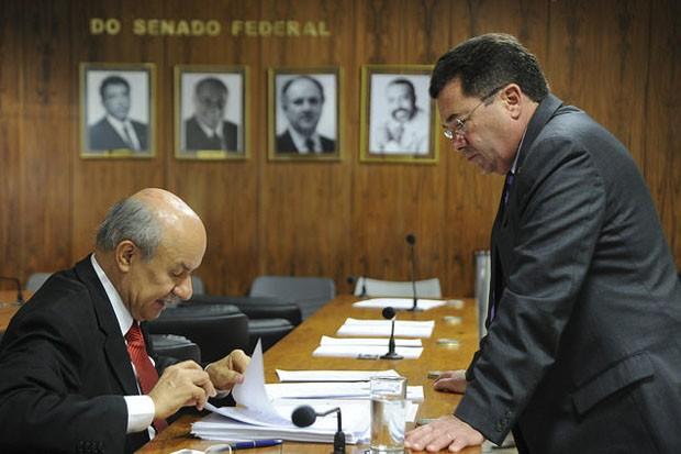 Os senadores José Pimentel (esq) e Vital do Rêgo - relator e presidente da CPI da Petrobras exclusiva do Senado, respectivamente - conversam após a sessão do colegiado ser cancelada por falta de quórum.  (Foto: Geraldo Magela/Agência Senado)